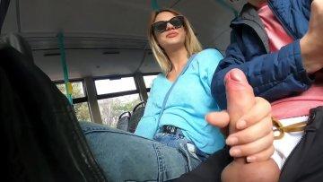 Fututa in statia de autobuz si vad alti calatori cum fac sex